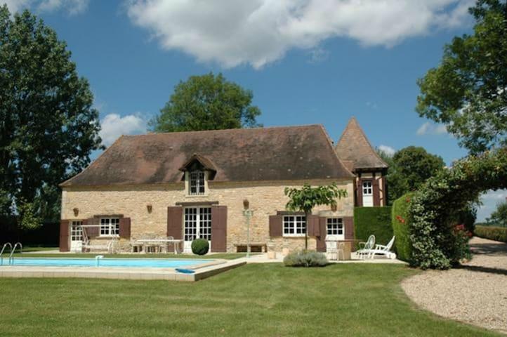 Domaine de Fleurac, manoir avec piscine et tennis.