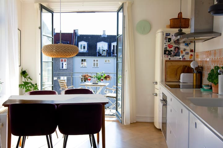 Sunny penthouse in quiet yard next to CPH station