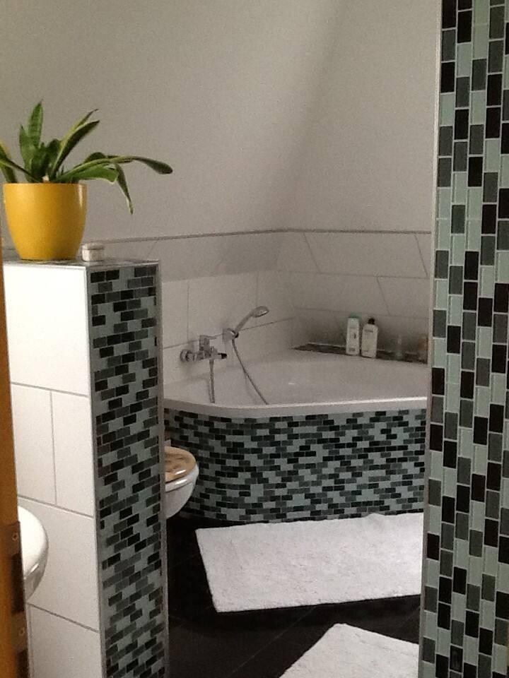 Bad mit Wanne und Dusche.
