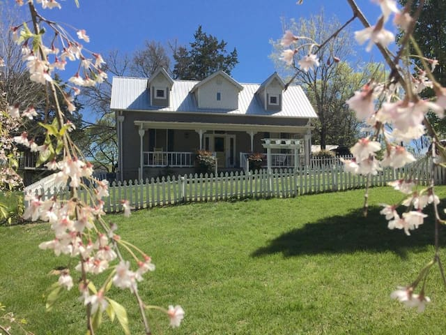 1890s Farmhouse in Historic Village Leipers Fork