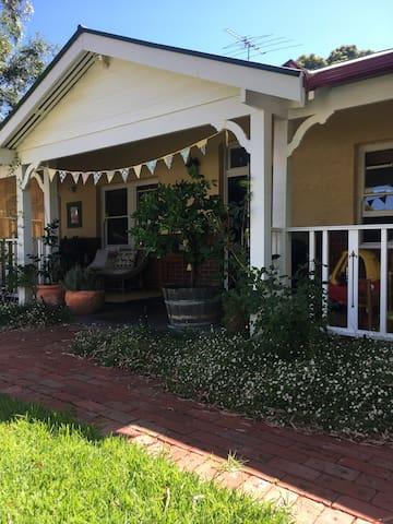 Light, bright Fremantle cottage with garden