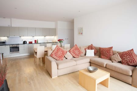 Super 2 Bedroom Flat Heart of Kings Cross Sleeps 5 - London - Apartment