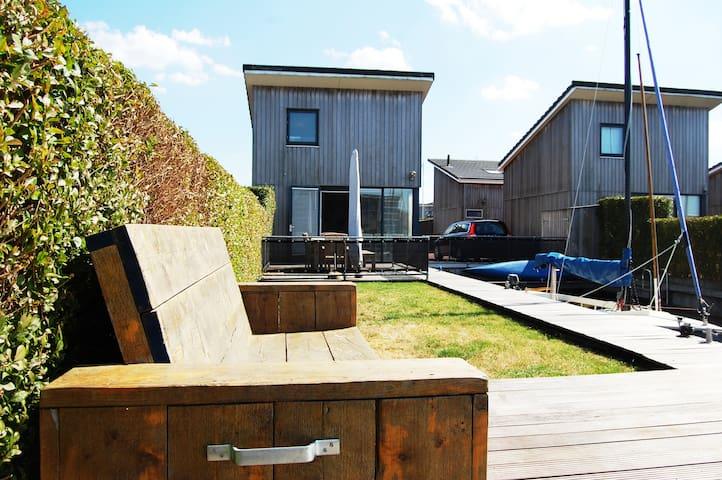 Huisje met kano en evt. zeilboot en sloep in Heeg.