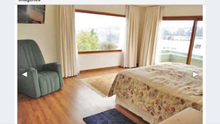 Dormitorio matrimonial en el segundo piso con walking closet, baño privado, y terraza con vista al horizonte.