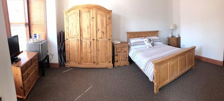 Large En-suite Double Room Close To Wigan Centre