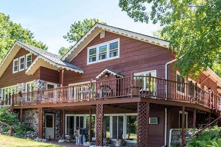Karinall Estate at the Lake: 8 bedrooms, Sleeps 24