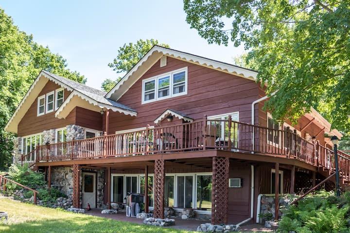 Karinall Estate at the Lake: 8 bedrooms, Sleeps 24