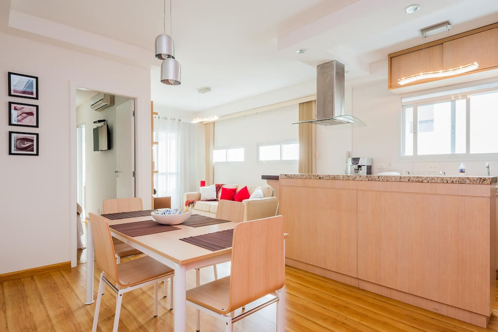 Cozinha americana com sala de jantar integrada. Mesa de jantar 4 lugares