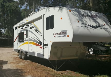 34' 5th Wheel Toy Hauler Camper !! Sleeps 6 ! - Green Cove Springs