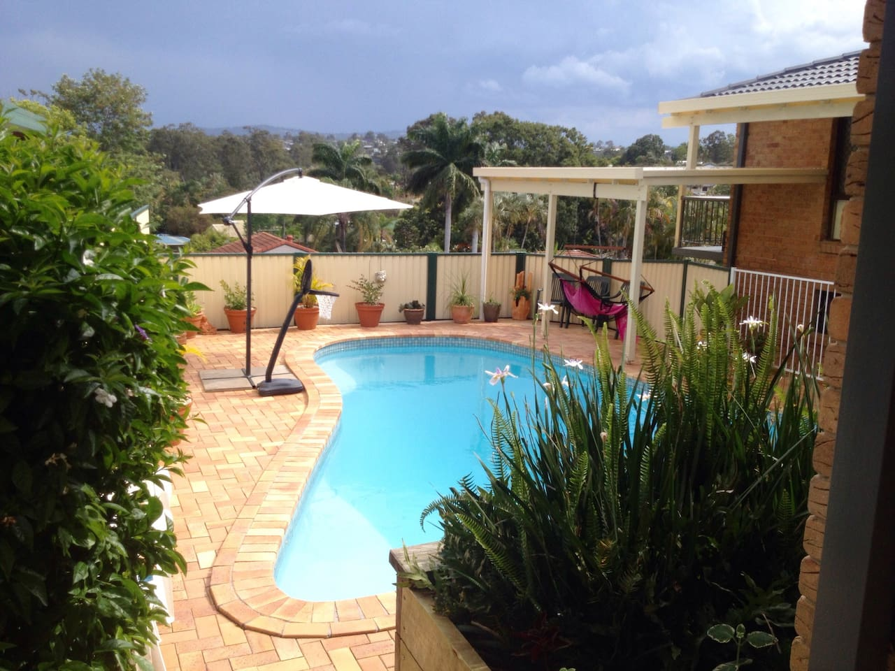 Cool down in this lovely refreshing pool after a day on one of the many golf courses close by or after a hard days cheering at the footy as the Metricon stadium is 5 minutes away.