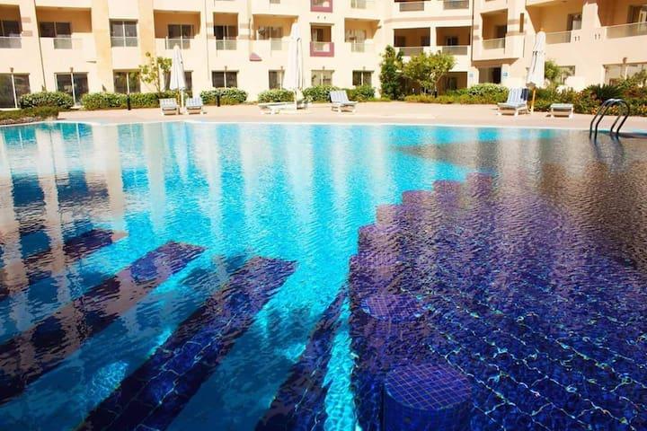 großer Pool mit separatem Kinderpool, Bar, Liegen und Sonnenschirmen