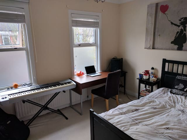 Huge double room near LHR, 29 min to the centre - London - Hus