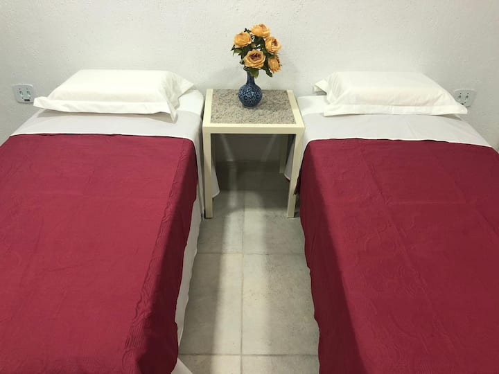 Quarto cama solteiro no Hotel Netto - Cach. Macacu