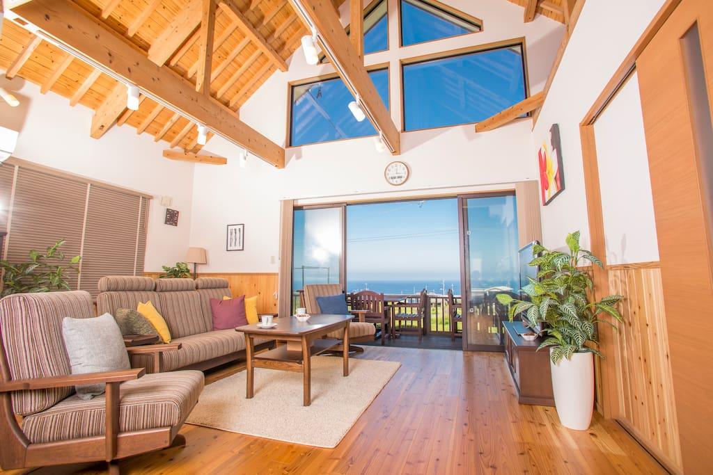 流行の、天井の木材をあえて見せる「梁見せ天井」が美しい、沖縄県今帰仁村にあるお部屋。 休日に訪れるからこそ選びたい、開放的な空間での特別な滞在を実現します。  Beautiful wooden open style ceiling makes your stay special.