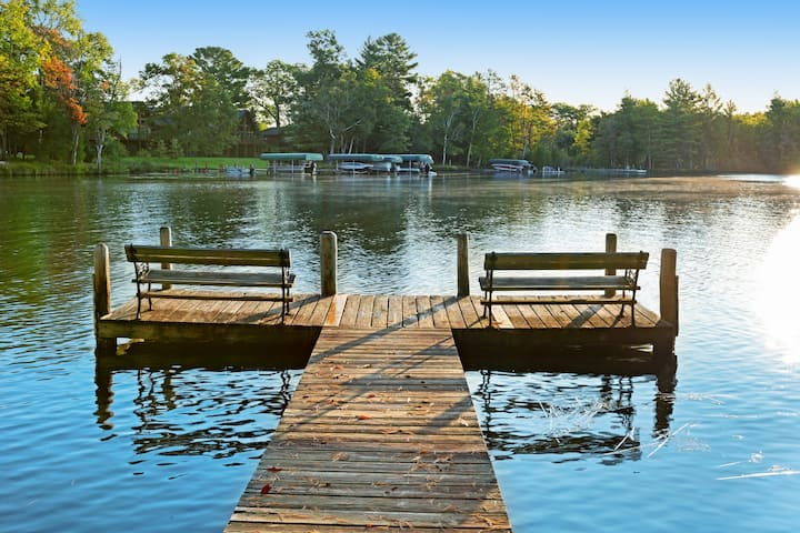 Cozy, dog-friendly rental w/ shared dock, sports courts & on-site restaurant
