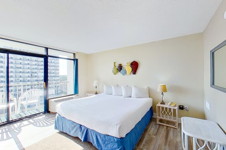 9th Floor Ocean View Snowbird Friendly Studio w/ Shared Pool/Hot Tub, AC, WiFi