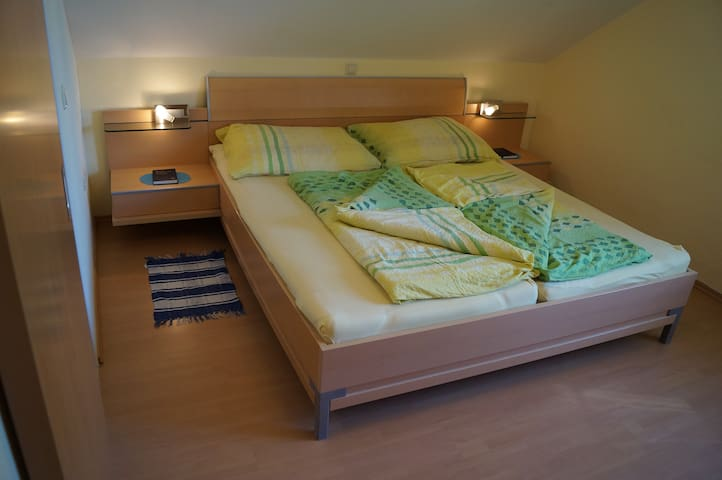 Haus Bergblick - B&B - BUCHENZIMMER - Bed & Breakfast