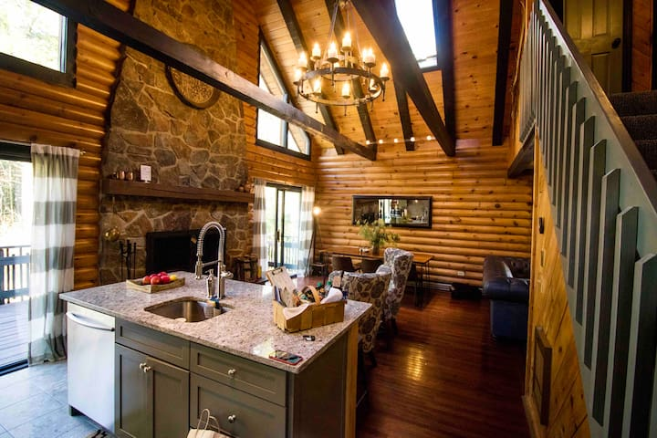 Super  Chic  Chalet/Log Cabin in perfect location!