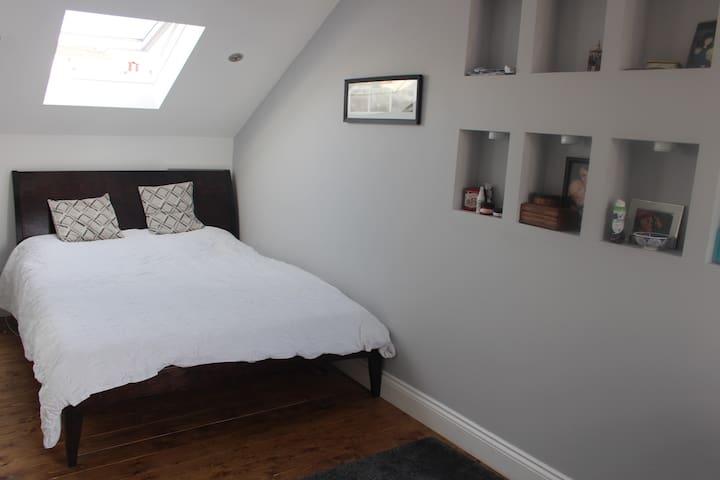Large En-suite double in loft- Walthamstow Village - Greater London - House