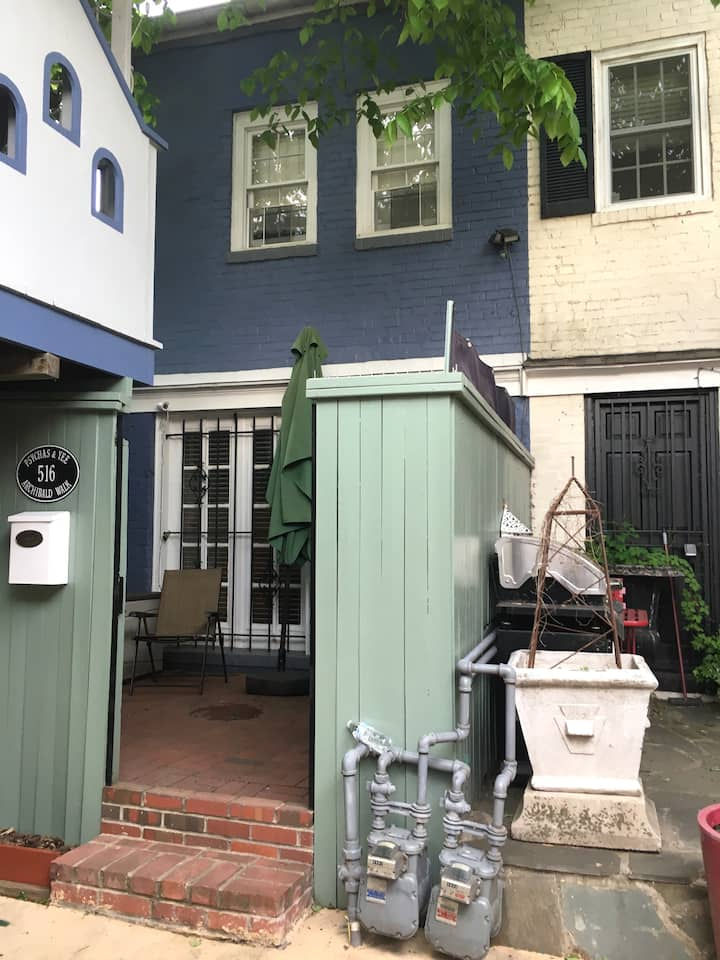 Peaceful Little Blue House, Central, Cozy, Parking