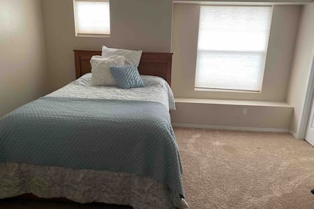 Comfortable Queen close to Downtown and Airport