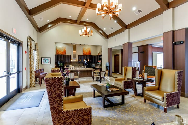 Fantastic Apartment in a Resort Style Community!