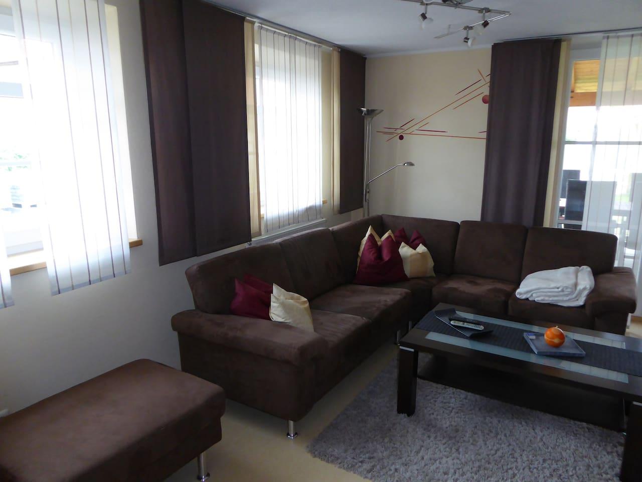 Das große Sofa im Wohnzimmer lädt zum ausruhen und erholen ein.