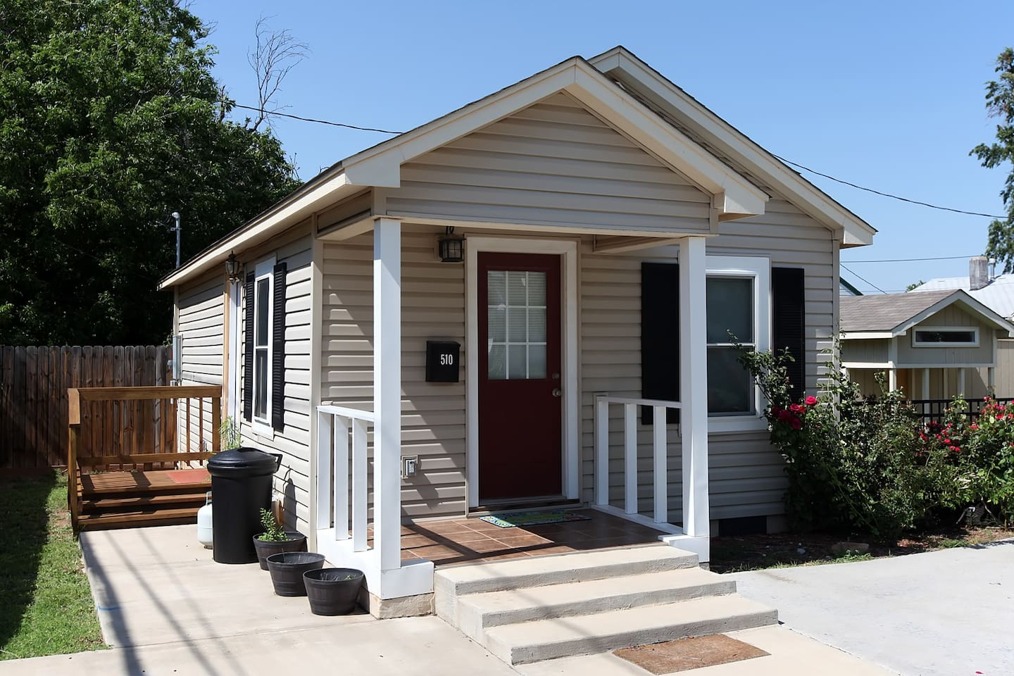 The house is located in a quiet neighborhood with good neighbors, and there is plenty of parking in front of the house.