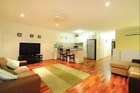 AIRLIE BEACH Private Room + Bathroom + Shared pool - Cannonvale - Apartmen