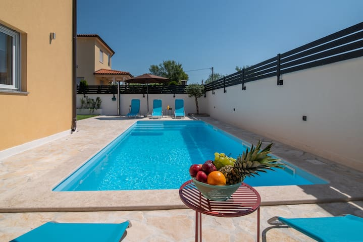 Urban villa with pool, near Pula