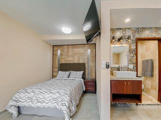Cómoda cama matrimonial con aire acondicionado, smart tv, closet, baño completo e internet de alta velocidad.