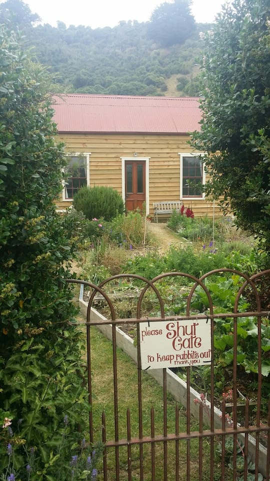 Gorgeous, peaceful and restful. Beautifully restored from its 1860s origins. Close to wildlife activities on the iconic Otago Peninsula. Enjoy a picturesque setting and total privacy in our quaint heritage cottage