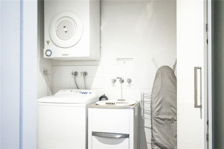 The laundry is equipped with washer/dryer/ irons and ironing boards 配有洗衣机/烘干机/电熨斗和熨衣板