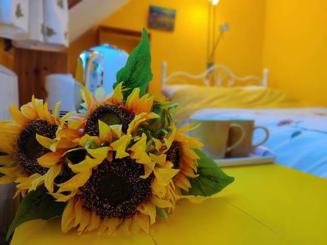 Large Sunflower Double room - 5mins to beach/town