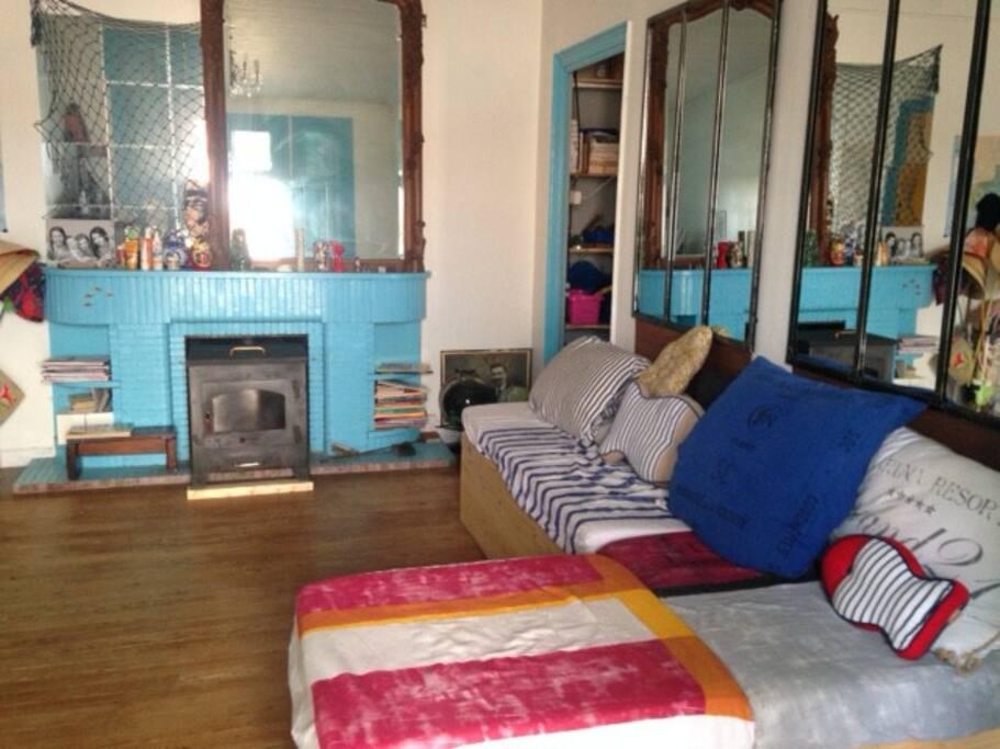 le salon : un grand canapé et des BDs