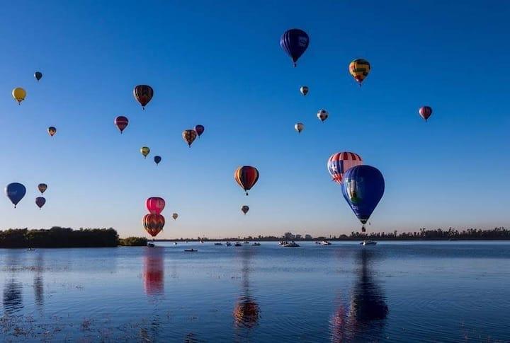 Hermosa vista junto al festival del globo