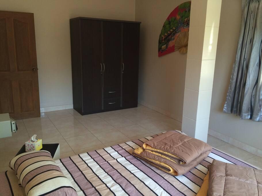 Schlafzimmer 1 mit Klimaanlage , Tresor und Kleiderschrank