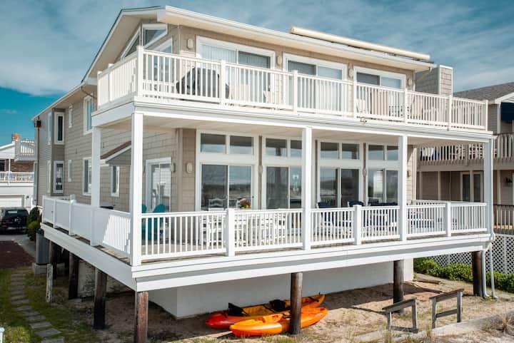 BEACHFRONT Home, Beautiful Views, Re-modeled 2020