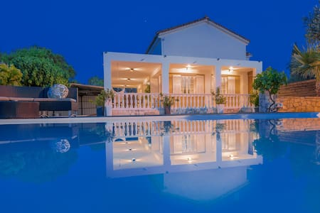 The White Collection Villas & Suites - Pnoé Villa