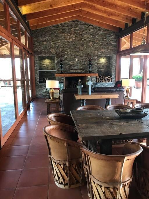 Terraza independiente a las habitaciones con grill, cocina, baños, chimenea y jardín.