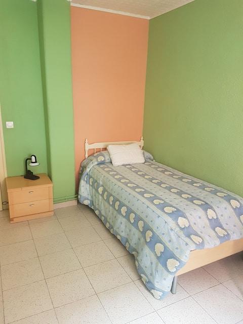 Habitación tranquila con WIFI en Zaragoza
