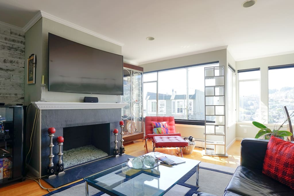 "60"" Curved HD TV + Dramatic views from Twin Peaks down to Eureka Valley down to the Bay"