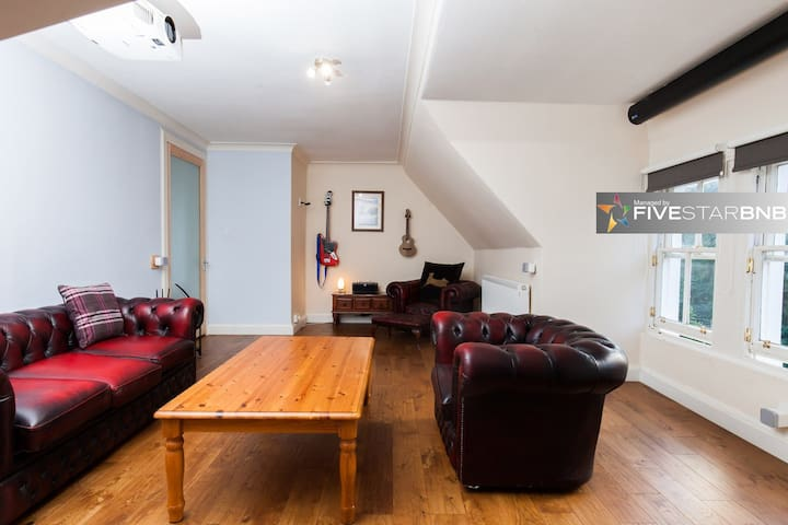 Beautiful, Bright Flat with Free Parking!