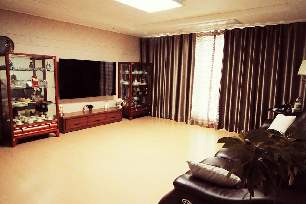 거실 모습입니다 커튼치시면 아늑하고 럭셔리한 공간이 된답니다^^ Spaciou s livingroom.  If you draw the curtain, you will have cosy and luxurious place for you to have a comfortable rest!