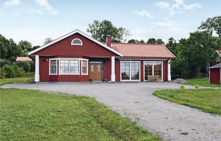 Holiday cottage with 4 bedrooms on 173 m² in Färjestaden