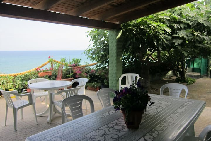 Detached seafront villa with private access to the beach