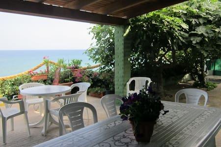 Vrijstaande villa, direct aan zee met prive-toegang tot het strand.