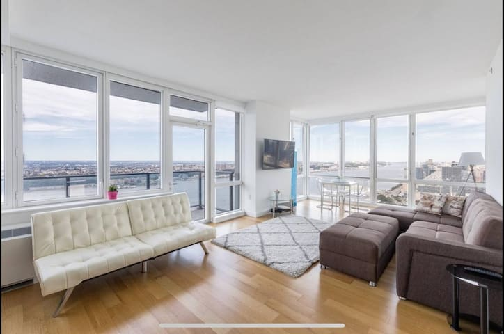 Huge 1 Bedroom Apt +balcony