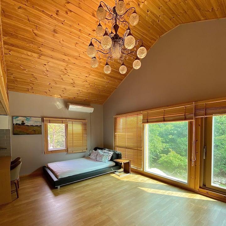 [정선] 계곡 바로 앞에 위치한 힐링숲 독채펜션(23평형 복층+편백 다락방+야외 바베큐장)