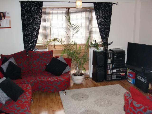 Sunny Double Bedroom with Canal View - East London